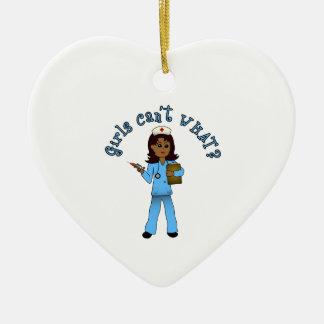 La enfermera en azul friega (la oscuridad) adorno de cerámica en forma de corazón