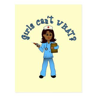 La enfermera en azul friega (la oscuridad) postal