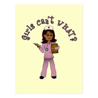 La enfermera en rosa friega (la oscuridad) postales