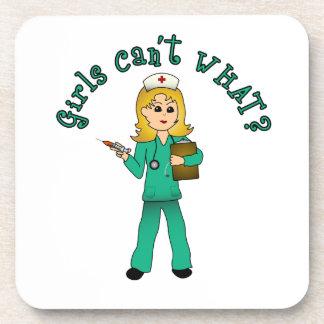 La enfermera en verde friega (el Blonde) Posavaso