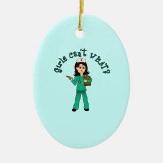 La enfermera en verde friega (la luz) adorno ovalado de cerámica