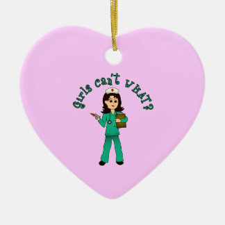 La enfermera en verde friega (la luz) adorno de cerámica en forma de corazón