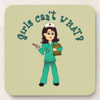 La enfermera en verde friega (la luz) posavaso