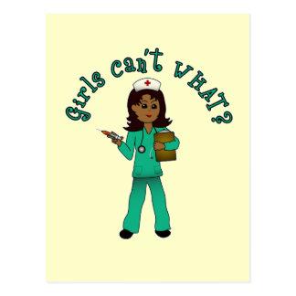 La enfermera en verde friega (la oscuridad) tarjetas postales