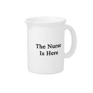 La enfermera está aquí jarra de beber