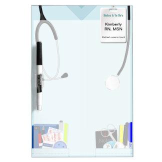 La enfermera friega al tablero seco personalizado pizarra blanca