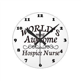 La enfermera más impresionante del hospicio del mu reloj redondo mediano