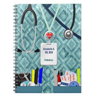 La enfermera personalizada embolsa el azul y el libretas