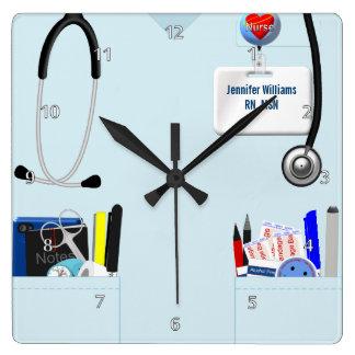 La enfermera personalizada friega en azul claro reloj cuadrado