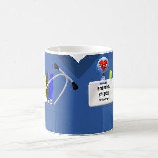 La enfermera personalizada friega en azul taza