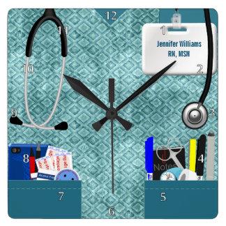 La enfermera personalizada friega en modelo del reloj cuadrado