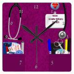 La enfermera personalizada friega en rosa oscuro reloj de pared
