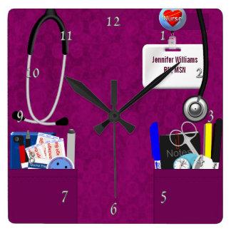 La enfermera personalizada friega en rosa oscuro reloj cuadrado