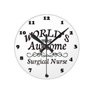 La enfermera quirúrgica más impresionante del mund reloj redondo mediano
