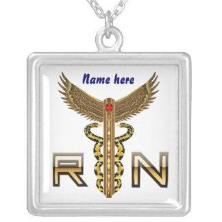 La enfermera RN Cust, corrige el cambio detrás col Colgante Cuadrado
