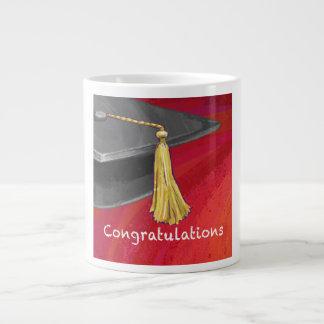 La enhorabuena gradúa negro y rojo taza grande
