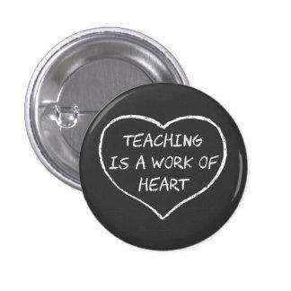 La enseñanza es un trabajo del corazón pin redondo de 1 pulgada