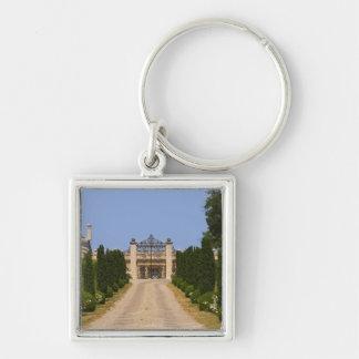 La entrada imponente al castillo francés Haut Sarp Llavero