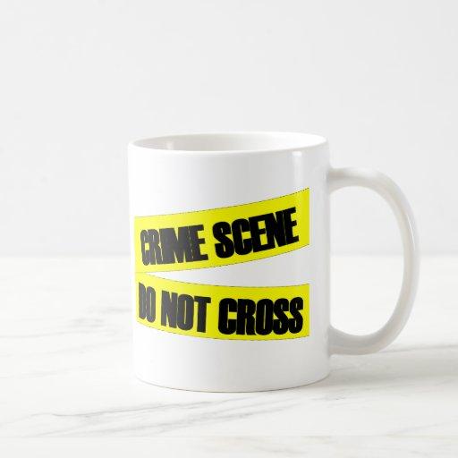 La escena del crimen no cruza taza de café