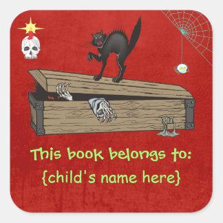 La escena del horror - ataúd y gato - libro pegatina cuadrada