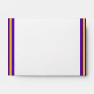 La escuela de la graduación colorea púrpura y el sobre
