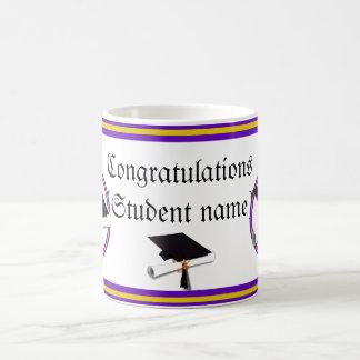 La escuela de la graduación colorea púrpura y el taza básica blanca