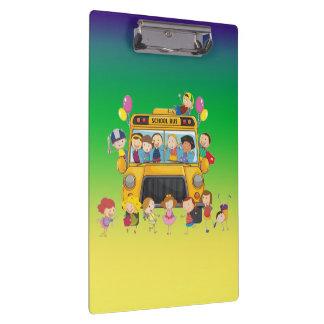 La escuela del autobús escolar embroma el tablero