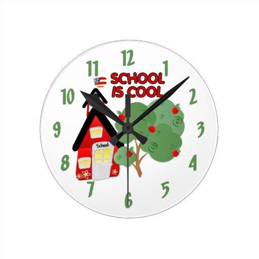 La escuela es reloj de pared decorativo fresco