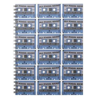 La escuela vieja oscila las cintas de casete libros de apuntes con espiral