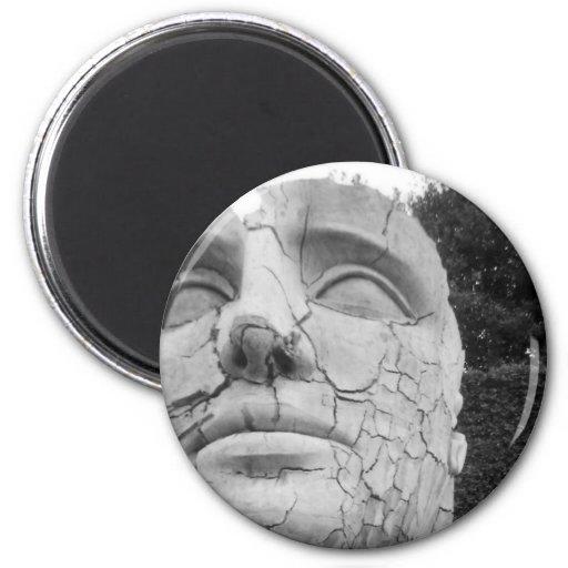 La escultura principal del hombre en blanco y negr imanes de nevera