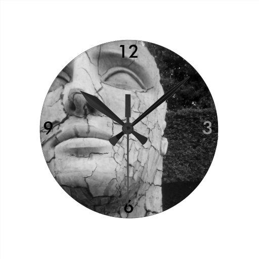 La escultura principal del hombre en blanco y negr relojes