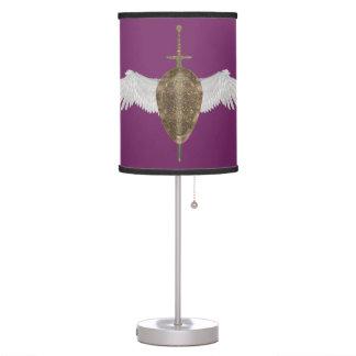 La espada y el escudo del ángel en la lámpara