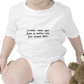 La esperanza crédula apoya nuestra vida, y siempre trajes de bebé