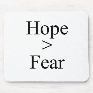 La esperanza es mayor que la camiseta del miedo tapetes de raton