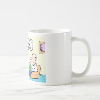 La esposa cansada quiere externalizar la cena taza de café