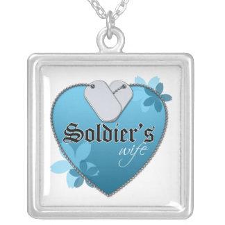 La esposa del soldado collar plateado