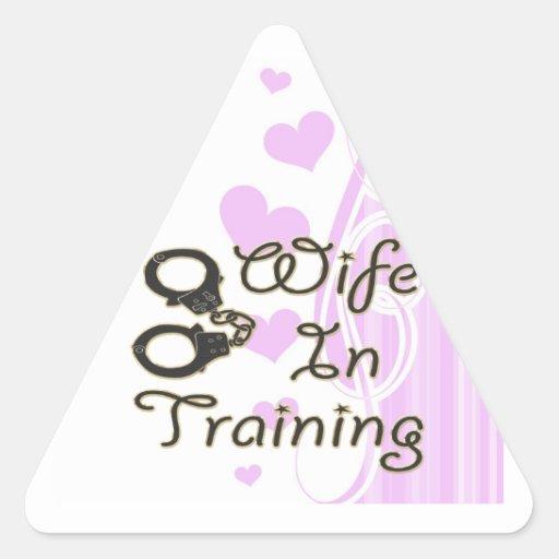 la esposa divertida en el entrenamiento esposa la pegatina triangular