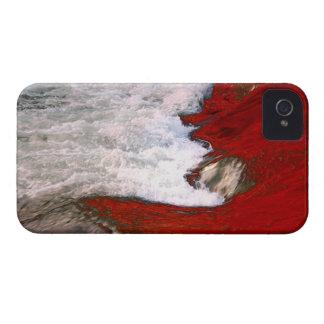 La espuma blanca detiene al río de lava roja iPhone 4 Case-Mate protectores