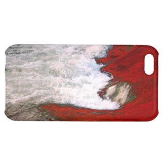 La espuma blanca detiene al río de lava roja