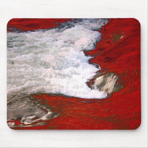 La espuma blanca detiene al río de lava roja tapetes de ratón