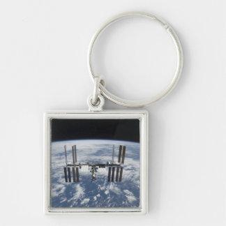 La estación espacial internacional en órbita llavero cuadrado plateado
