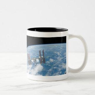 La estación espacial internacional taza de dos tonos