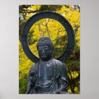 La estatua de Budda en el japonés cultiva un huert Poster