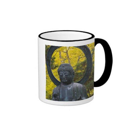 La estatua de Budda en el japonés cultiva un huert Taza A Dos Colores