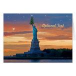 La estatua de la libertad con el árbol de navidad  tarjetón