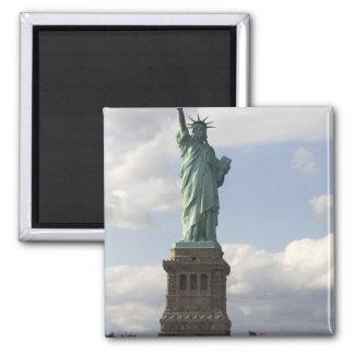 La estatua de la libertad en la isla de la liberta imán cuadrado