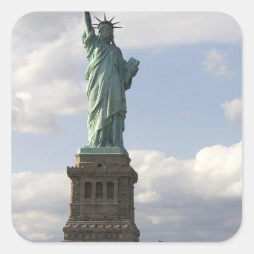La estatua de la libertad en la isla de la pegatina cuadrada