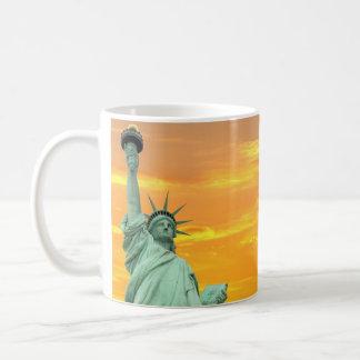 La estatua de la libertad en la puesta del sol, taza clásica