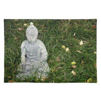 la estatua en la hoja cubrió el césped manteles