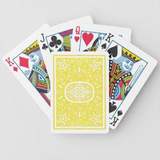 La estrella amarilla detrás monta en bicicleta barajas de cartas